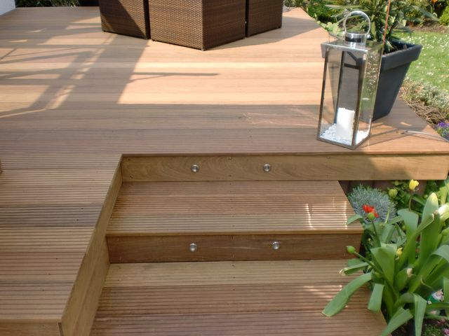 holz terasse berdachte terrasse aus holz im garten holz. Black Bedroom Furniture Sets. Home Design Ideas